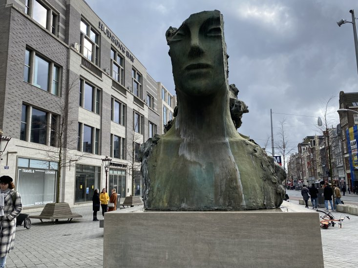 Sculpture in Rokin Straat