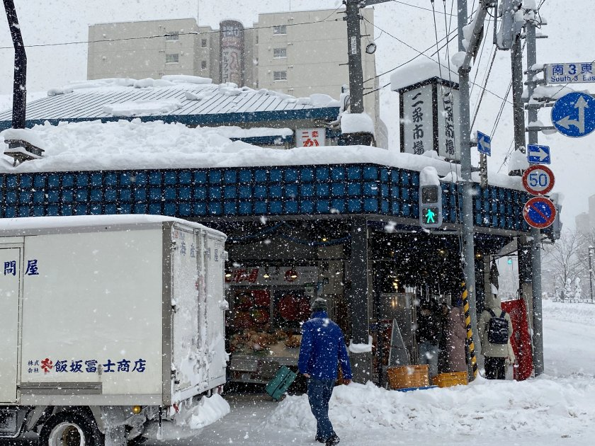 We arrived at Nijo Market in fairly heavy snow
