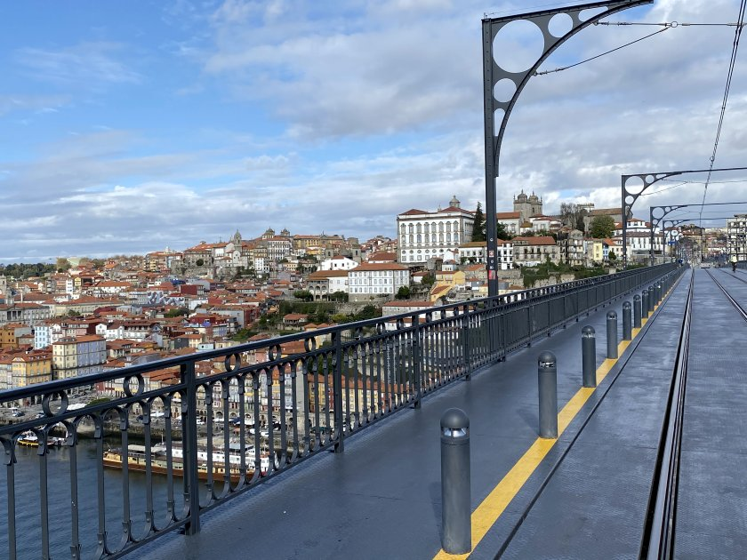 The bridge's high level carries Line D of the tram-operated Porto Metro