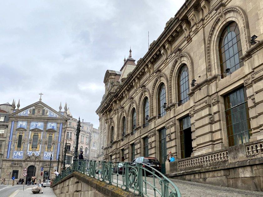 Station exterior, together with the church of Santo António dos Congregados