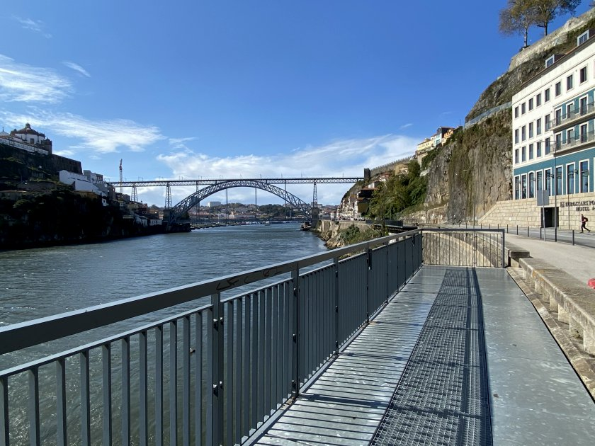 Walking westwards along the north bank of the Douro